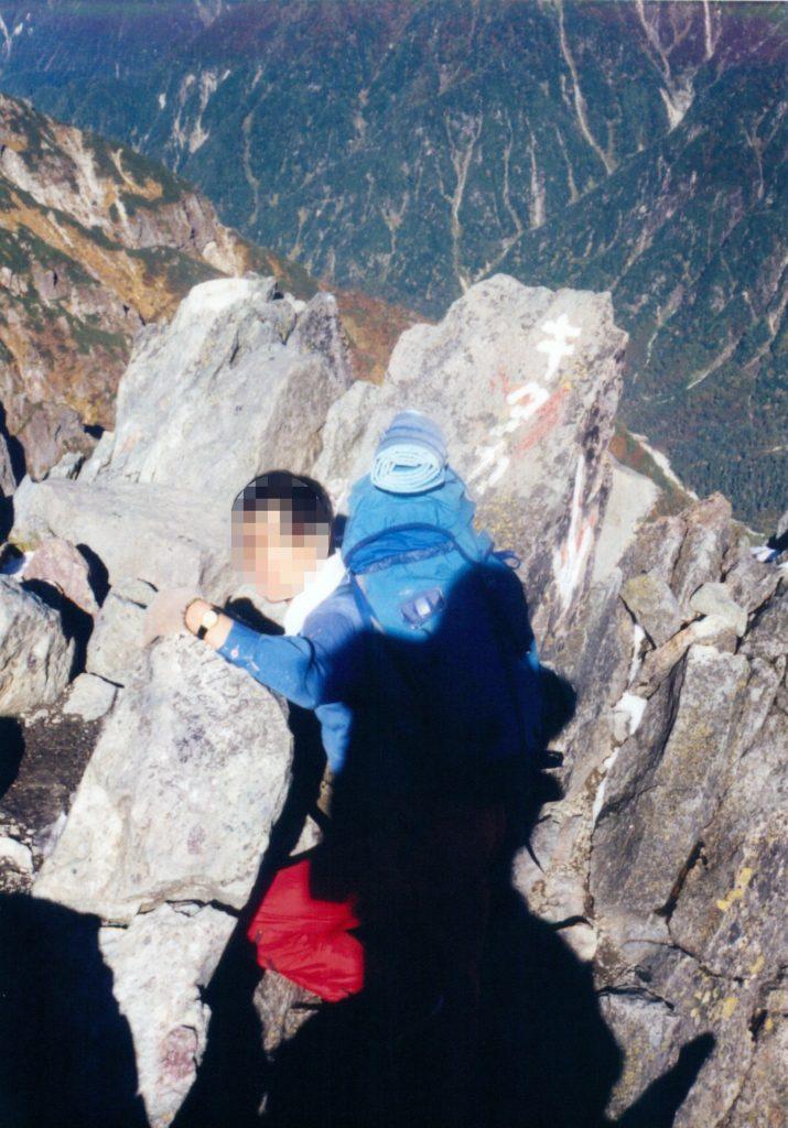 頂上に這い上がるポーズで記念撮影。背後の岩に「キタカマ」とペイントされていました。