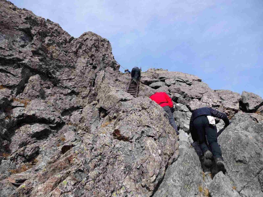 槍ヶ岳で頂上直下のハシゴを登る