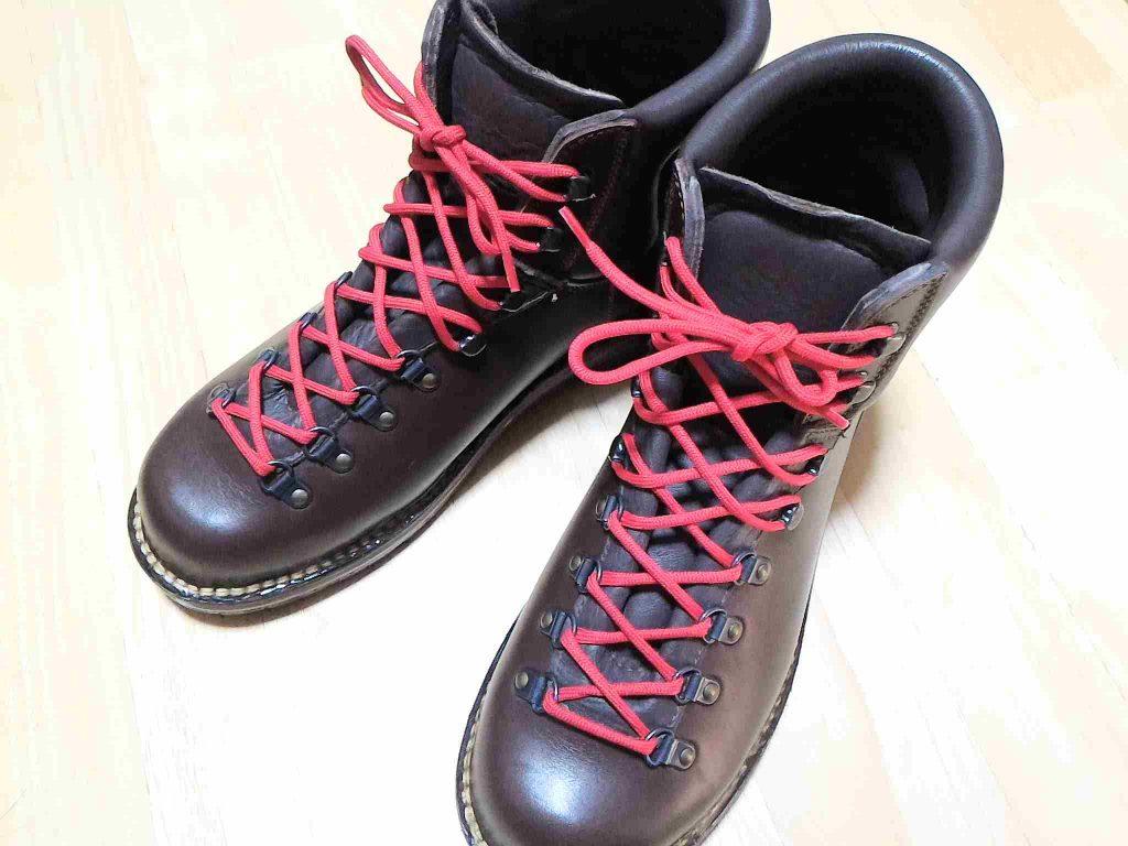 赤い靴紐に交換しました。