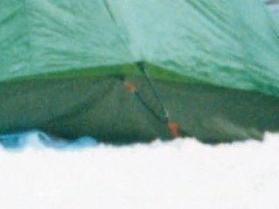 自己流の張り綱設置方法。オレンジ色に見えるのは自分で用意した樹脂製のカラビナ。