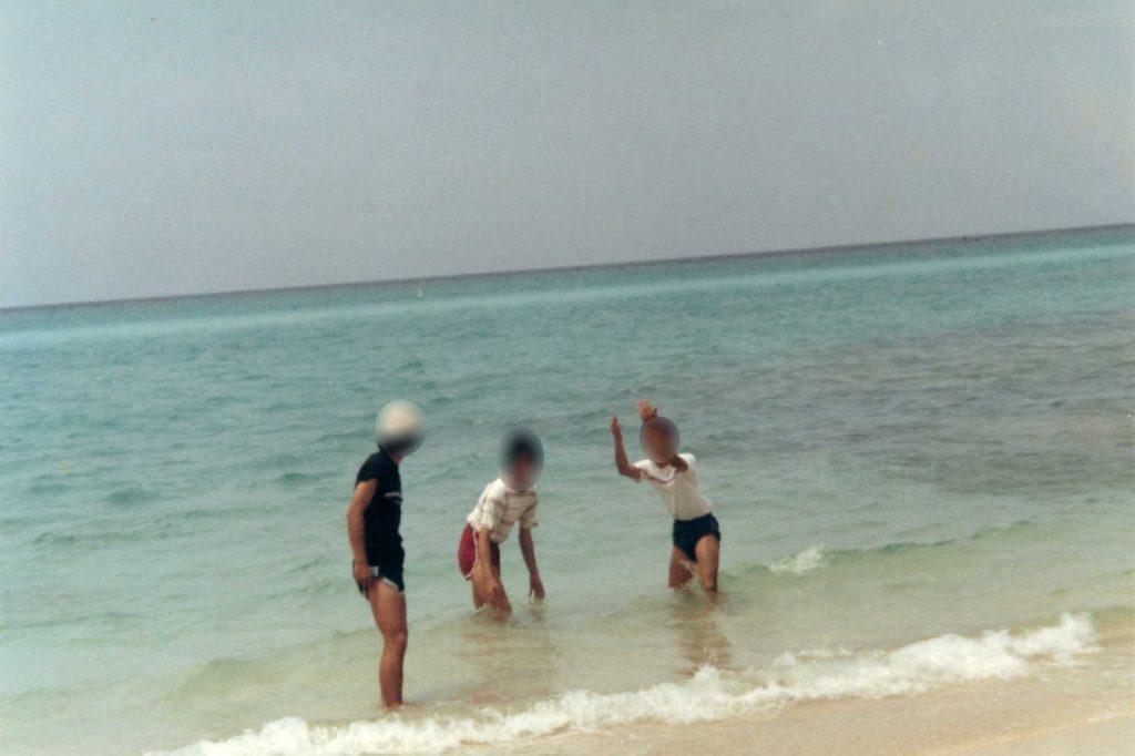 ムーンビーチできゃっきゃと遊ぶ三人