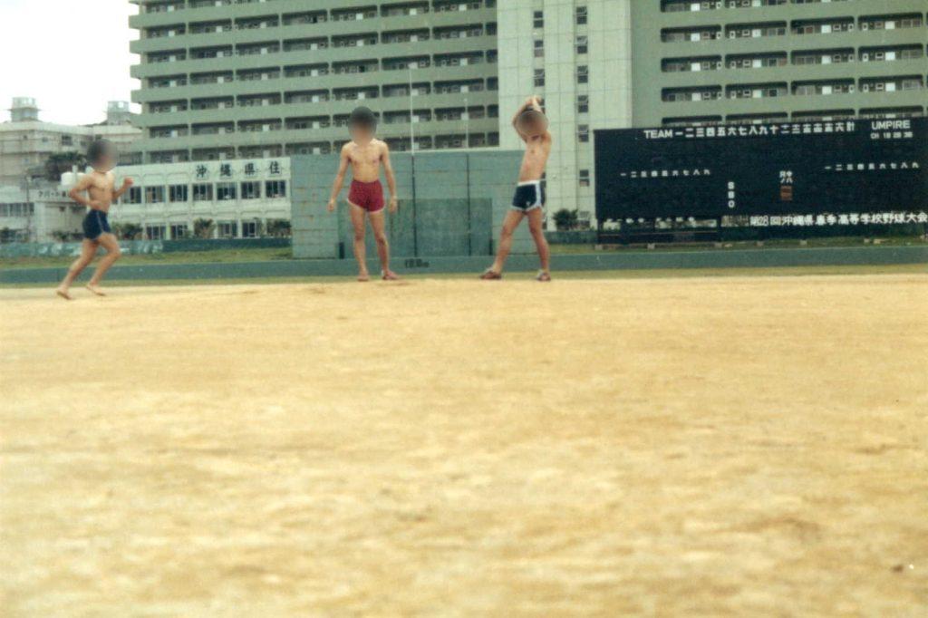 奥武山球場で羽を伸ばす男たち